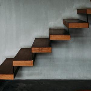 Pourquoi faire appel à une entreprise de métallerie ferronnerie pour son escalier flottant